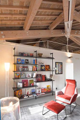 Casa vacanze Assisi con luminoso soggiorno e comoda zona lettura. Assisi al Quattro, Perugia, Umbria