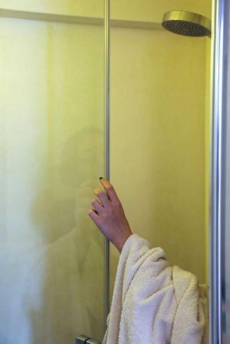 Assisi Ferienhaus Badezimmer mit Dusche, Waschmaschine und Trockner