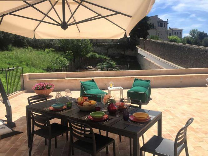 Ferienwohnung in Assisi mit großer Terrasse zum Essen im Freien
